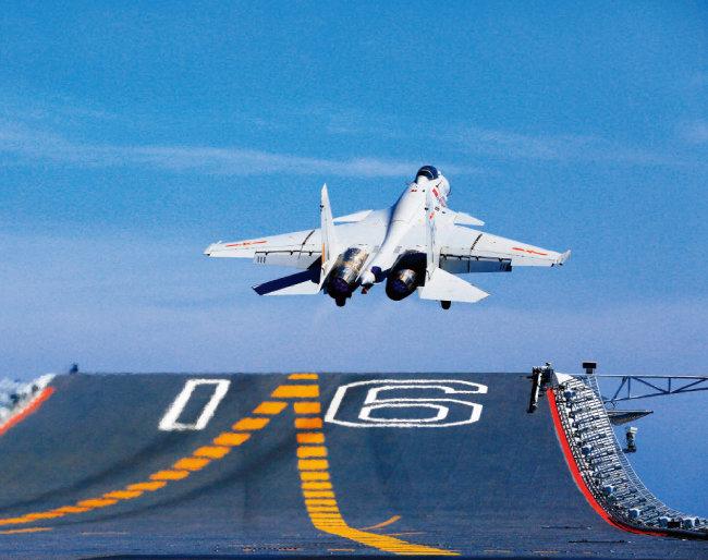 중국 인민해방군 소속 항공모함 '랴오닝(遼寧)함'에서 이륙하는 J-15 전투기. [AP=뉴시스]