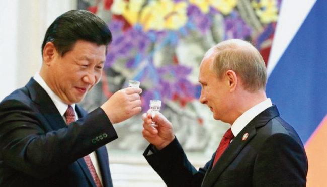 2019년 시진핑 중국 국가주석(왼쪽)과 블라디미르 푸틴 러시아 대통령이  양국의 전략적 협력을 강조하며 건배하고 있다. [Sputnik]