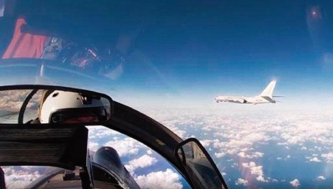 2020년 러시아  Su-27 전투기가  한국방공식별구역 (KADIZ)에서 중국 H-6K  폭격기를 호위하고 있다. [러시아 국방부]