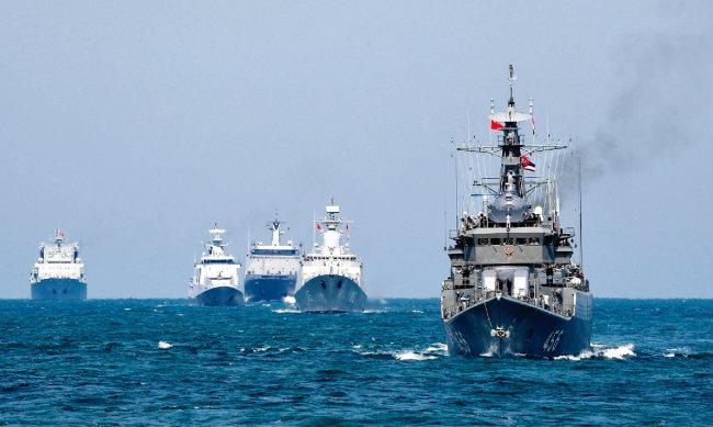 중국과 러시아  군함들이 동중국해에서 해상연합-2019 군사훈련을 실시하고 있다. [China.mil]