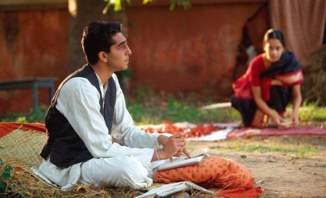 인도의 전설적인 천재 수학자 스리니바사 라마누잔을 다룬 영화 '무한대를 본 남자'의 한 장면.  [네이버 영화]