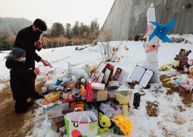 1월 13일 경기 양평군 하이패밀리 안데르센 공원묘원에서 시민들이 양부모의 학대로 숨진 16개월 영아 정인 양을 추모하고 있다.  [뉴스1]