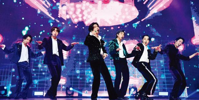 방탄소년단(BTS)이 지난해 12월 5일 '멜론뮤직어워드 2020'에 참석해 공연을 펼치고 있다.  [뉴스1]