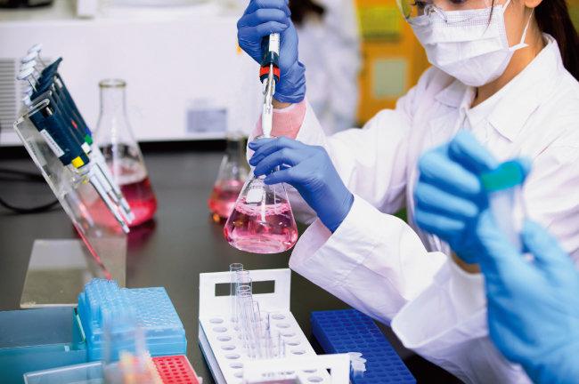 코로나19 국면에서 '자력으로 의약품을 개발하고 생산해낼 수 있느냐'가 중요한 문제로 대두됐다. [GettyImages]