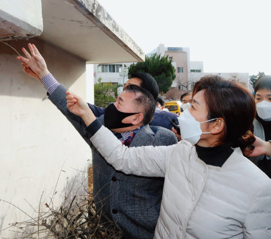 국민의힘 나경원 전 의원이 1월 27일 서울 강남구에 위치한 노후아파트인 은마아파트를 찾았다.  [뉴스1]