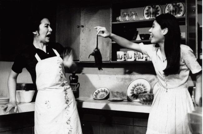 윤여정이 영화 '화녀'(1971)에서 쥐꼬리를 잡고 흔들고 있다.  [동아DB]