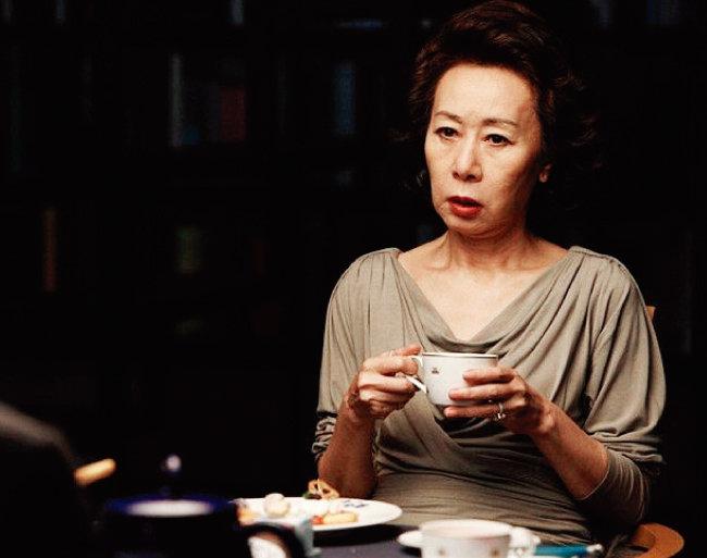 탐욕스러운 재벌가 안주인  금옥으로 출연한  영화 '돈의 맛'(2012).  [동아DB]