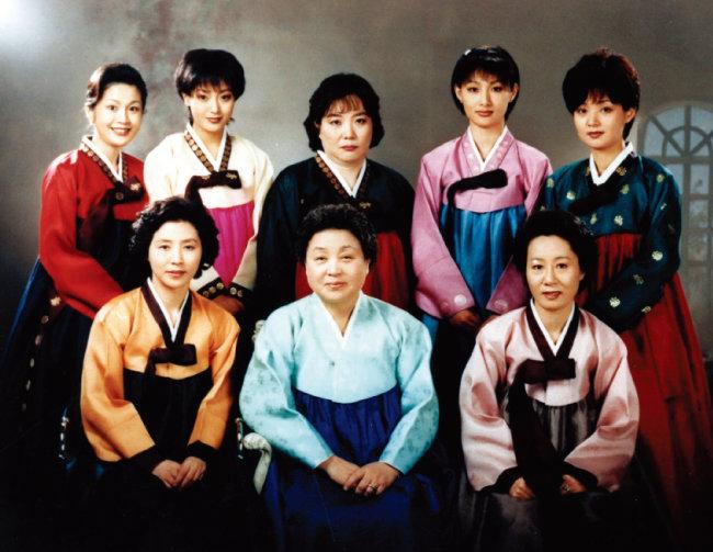 드라마 '목욕탕집  남자들'(1995)에서  철부지 며느리  역으로 인기를 끈  윤여정(아래 맨 오른쪽). [동아DB]