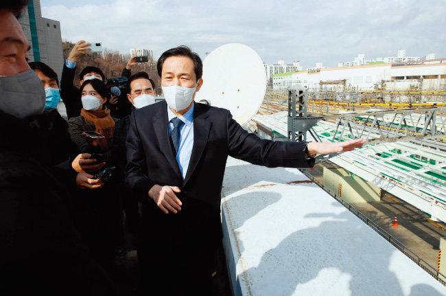 더불어민주당 우상호 의원(오른쪽)이 1월 31일 서울 노원구 광운대역을 방문해 서울지하철 1호선 지상구간 지하화 공약을 설명하고 있다. [뉴스1]