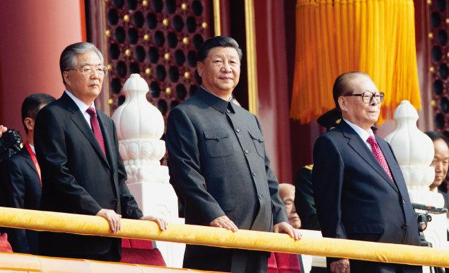 2019년 10월 1일 중국 베이징에서 열린 건국 70주년 기념행사에 참석한 시진핑 국가주석(가운데)과 후진타오(왼쪽), 장쩌민 전 국가주석. [신화=뉴시스]