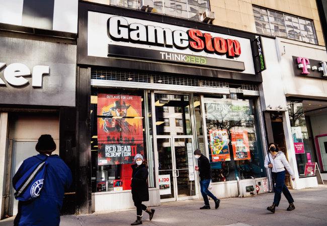 1월 28일 미국 뉴욕 맨해튼 유니언스퀘어에 위치한 '게임스톱' 점포 앞을 시민들이 지나가고 있다.  [AP=뉴시스]