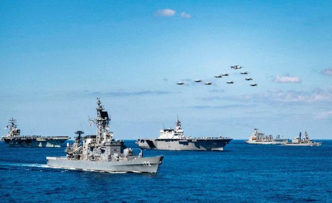 지난해 11월 미국과 일본 함정이 동중국해에서 합동 훈련을 하고 있다. [사진 제공 · 미국 해군]