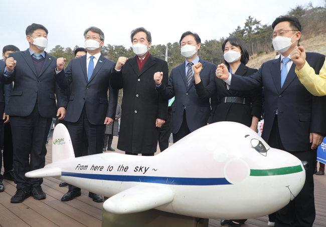 더불어민주당 이낙연 대표(왼쪽 세 번째)가 1월 21일 부산 강서구 가덕도 대한전망대에서 신공항 후보지를 둘러보고 있다. [동아DB]
