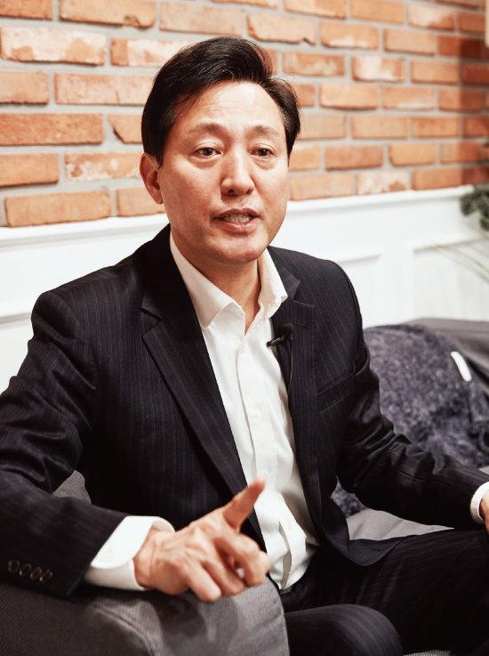 오세훈 전 서울시장이  서울 영등포구 한 카페에서 공약을 설명하고 있다. [홍중식 기자]