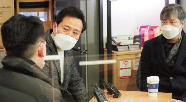 오세훈 전 서울시장(가운데)이  1월 31일 서울 명동을 찾아 관광업계 종사자들과 간담회를 갖고 있다. [동아DB]