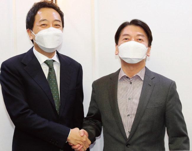 국민의당 안철수 대표(오른쪽)와 무소속 금태섭 전 의원이 제3지대 단일화 방식을 협상하기 위해 2월 4일 서울 여의도 국회 의원회관에서 회동을 가졌다. [동아DB]