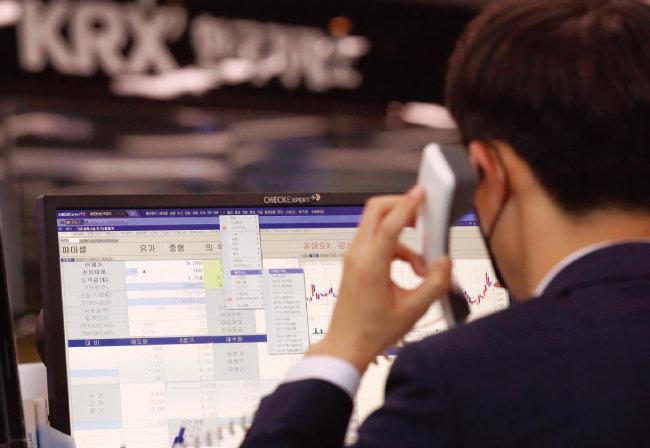 지난해 3월 한국거래소 관계자가 공매도 과열 종목 시세를 살펴보고 있다. [뉴스1]