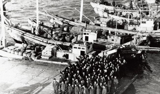 1968년 10월 인천항으로 귀환한 납북 어부와 어선들. [동아DB]