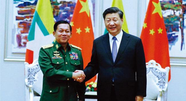 시진핑 중국 국가주석(오른쪽)이 지난해 1월 민 아웅 흘라잉 미얀마군 총사령관과 만나 악수하고 있다. [China Daily 홈페이지 캡처]