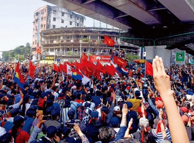 미얀마 제1도시 양곤 시민들이 군부 쿠데타 반대 시위를 하고 있다. [VOA 홈페이지 캡처]