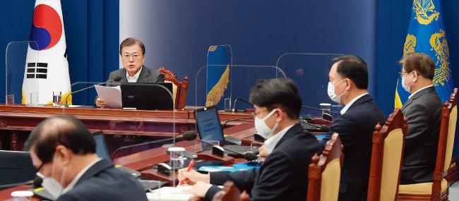 문재인 대통령이 3월 15일 청와대에서 열린 수석·보좌관회의에서 모두발언을 하고 있다.  [동아DB]