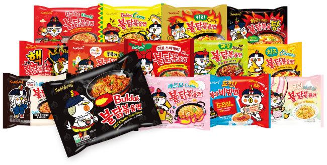 삼양식품 인기 제품 '불닭볶음면'(가운데)과 수출 일등공신 '불닭 시리즈'.  [사진 제공 · 삼양식품]