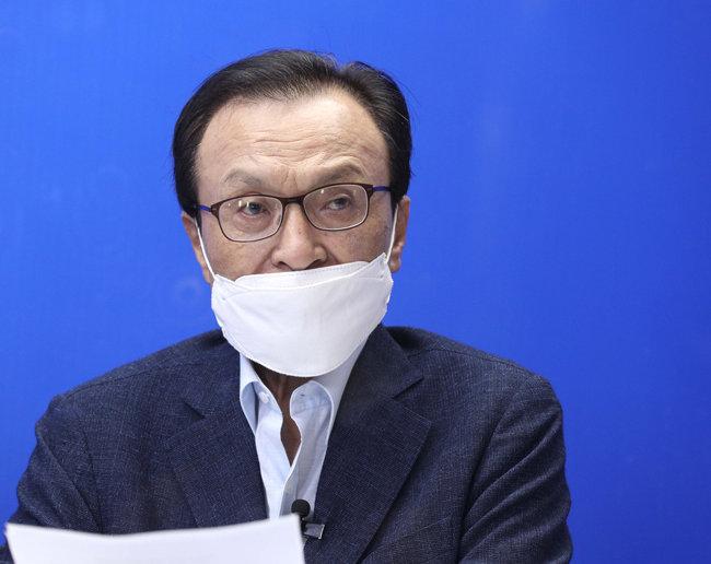 지난해 8월 28일 이해찬 당시 더불어민주당 대표가 서울 여의도 더불어민주당사에서 온라인으로 퇴임 기자간담회를 진행하고 있다. [동아DB]