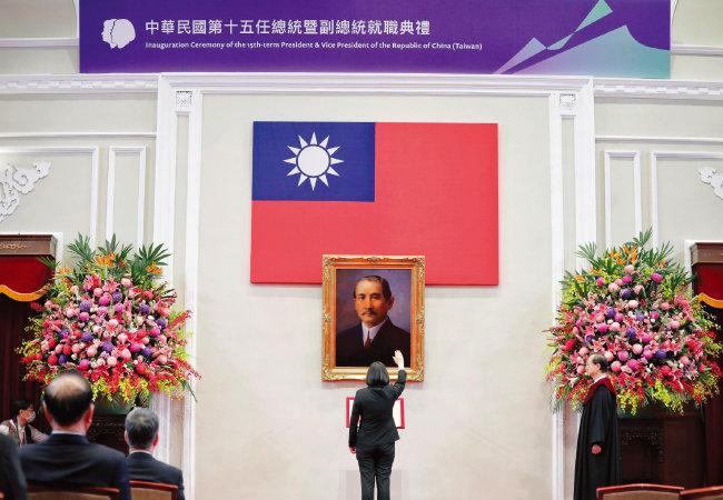 지난해 5월  20일(현지 시각) 차이잉원(蔡英文) 타이완 총통이 타이베이 총통부 강당에서 열린 취임식에 참석해 쑨원 초상화  앞에서 선서하고 있다. [AP=뉴시스]