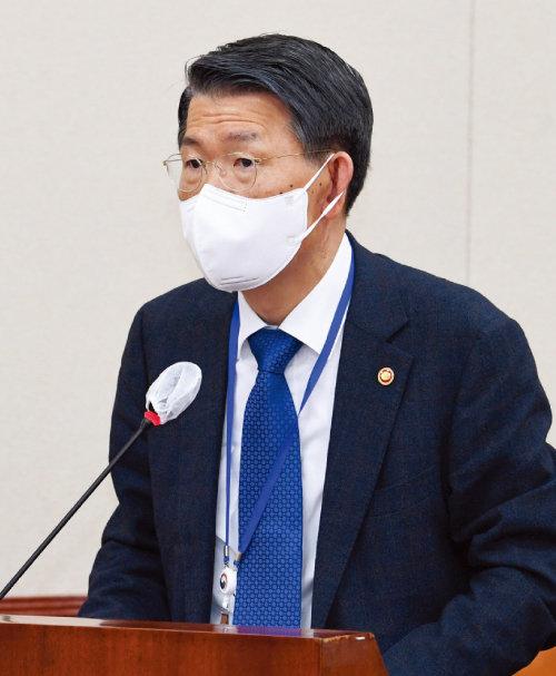 은성수 금융위원장이 3월 24일 서울 여의도 국회에서 열린 정무위원회 전체회의에 참석해 발언하고 있다. [뉴시스]
