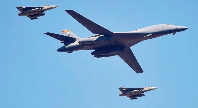 미국 공군 전략폭격기가 에어쇼에서 인도 공군 전투기들과 비행하고 있다. [AERO INDIA]