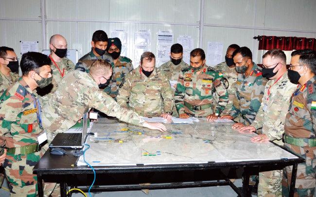 미군과 인도군 장교들이 2월 합동 훈련에서 작전을 논의하고 있다. [미국 육군]
