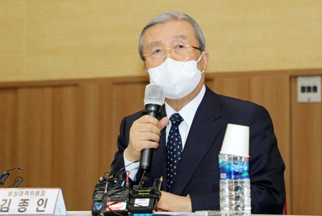 국민의힘 김종인 비상대책위원장이 3월 24일 광주 서구 김대중컨벤션센터에서 열린 5·18단체 간담회에서 인사말을 하고 있다. [뉴스1]