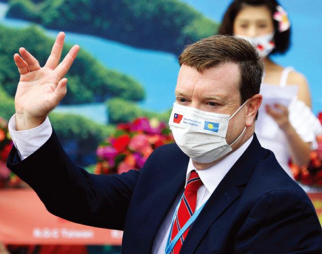 3월 30일 대만 타이베이에서 열린 대만-팔라우 '트래블 버블' 기념식에 참석한 존 헤네시닐랜드 주팔라우 미국 대사. 헤네시닐랜드 대사가 착용한 마스크에 팔라우(오른쪽)와 대만 국기가 새겨져 있다. [AP=뉴시스]