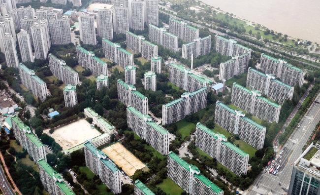 2021년 전국 공동주택 공시가격이 14년 만에 최대 폭으로 상승했다. 사진은 서울 송파구 아파트 단지.  [동아DB]
