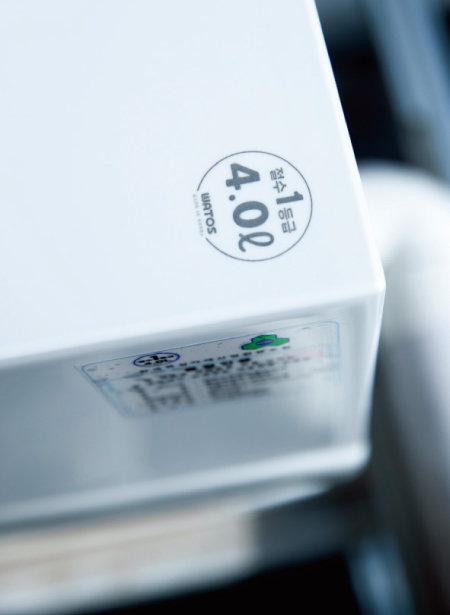 와토스코리아의 절수형 양변기에는 물탱크 용량과 한국욕실자재산업협동조합 단체표준 절수등급이 표시돼 있다. [지호영 기자]