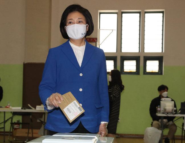 더불어민주당 박영선 서울시장 후보가 4월 2일 서울 종로구청에 마련된 사전투표소에서 투표를 하고 있다. [뉴스1]