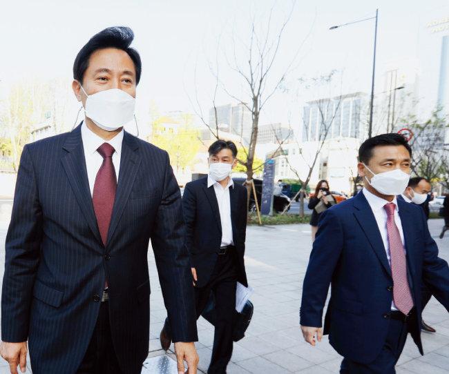 제38대 서울특별시장에 당선한 오세훈 시장(왼쪽)이 4월 8일 오전 서울 중구 시청사로 출근하고 있다. [뉴시스]