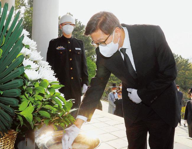 박형준 부산시장이 4월 8일 오전 부산 동래구 충렬사를 찾아 의열각에 분향하고 있다. [뉴시스]