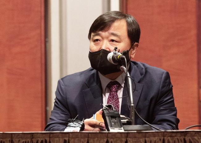 4월 2일 서울 강남구 코엑스에서 열린 기자회견에서 안현호 한국항공우주산업 사장이  '항공우주산업 발전 방향 및 비전'을 설명하고 있다. [지호영 기자]