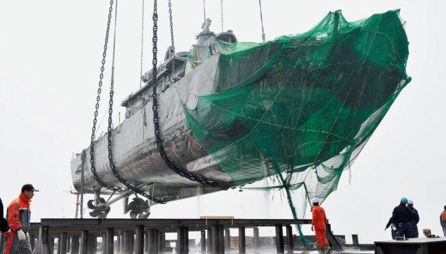 2010년 4월 24일 백령도 앞바다에서 천안함 함미가 인양됐다.  [동아DB]