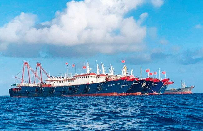 남중국해 '휘트선 암초' 인근에 몰려든 중국 선박들. [사진 제공 · 필리핀 해안경비대]