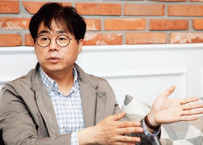김경율 경제민주주의21 대표가 4월 13일 서울 여의도 한 카페에서 기자의 질문에 답하고 있다. [조영철 기자]
