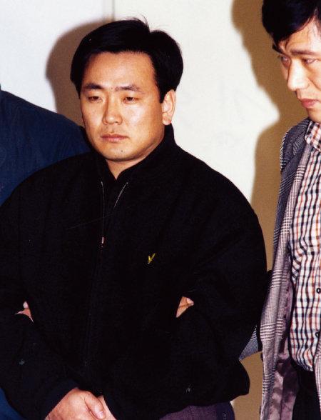 1995년 체포된 '부여 간첩' 김동식 씨(왼쪽). [동아DB]