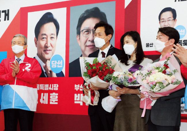 국민의당 안철수 대표(맨 오른쪽)와 오세훈 서울시장(왼쪽에서 두 번째)이 4월 8일 서울 여의도 국민의힘 중앙당사에 마련된 개표상황실에서 나란히 꽃다발을 들고 있다. [동아DB]