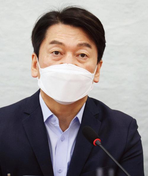 국민의당 안철수 대표가 4월 8일 서울 여의도 국회에서 열린 최고위원회의에 참석해 발언하고 있다. [뉴스1]