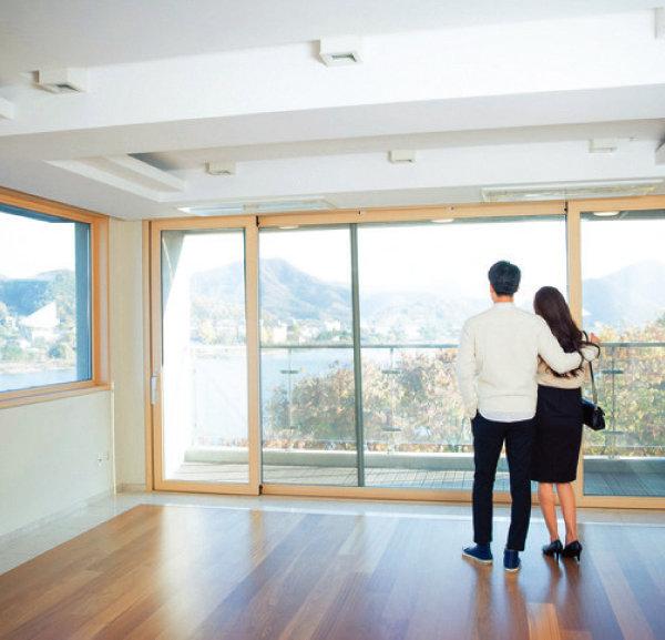 신혼부부가 살 집은 절세 측면에서 단독명의와 공동명의 중 어떤 것이 유리할까. [GettyImages]