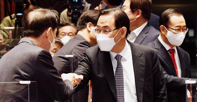국민의힘 주호영 당대표 권한대행(가운데)이 4월 16일 서울 여의도 국회에서 열린 의원총회에 참석해 의원들과 인사를 나누고 있다. 이날 주 권한대행은 원내대표 사퇴 의사를 밝혔다. [뉴스1]