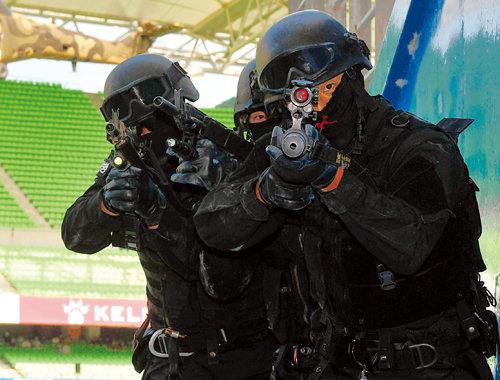 2016년 8월 23일 대구 수성구 대구스타디움에서 육군 50사단 군사경찰(당시 헌병) 특수임무대가 대테러 훈련에 나섰다. [전영한 동아일보 기자]