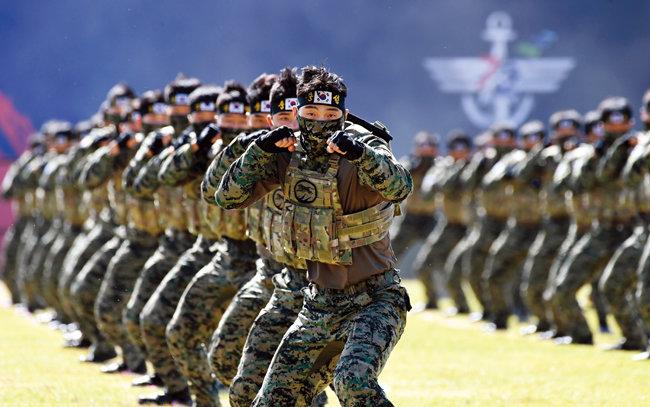 2020년 9월 25일 경기 이천시 육군특수전사령부에서 열린 국군의 날 기념식에서 특공무술 시범을 보이는 특전사 대원들. [청와대사진기자단]