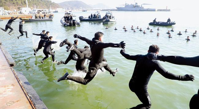 2020년 1월 15일 경남 창원시 진해만에서 해군 해난구조전대(SSU) 대원들이 혹한기 훈련을 위해 바다로 뛰어들고 있다. [박영철 동아일보 기자]